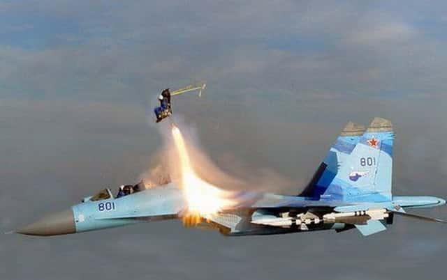 Minimálne dvaja vojaci zomreli po zrážke ruských bombardérov Su-34 nad Japonským morom.